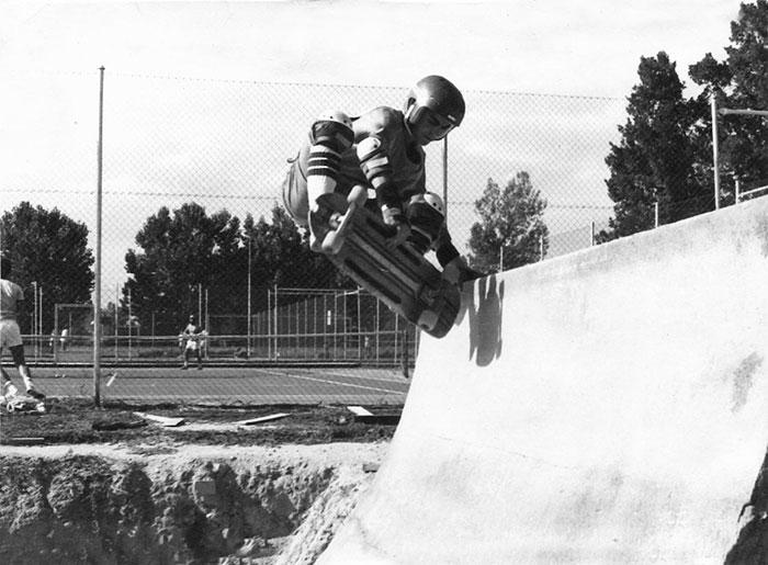 Luis haciendo un aerial layback en la rampa del Sindi. 1981